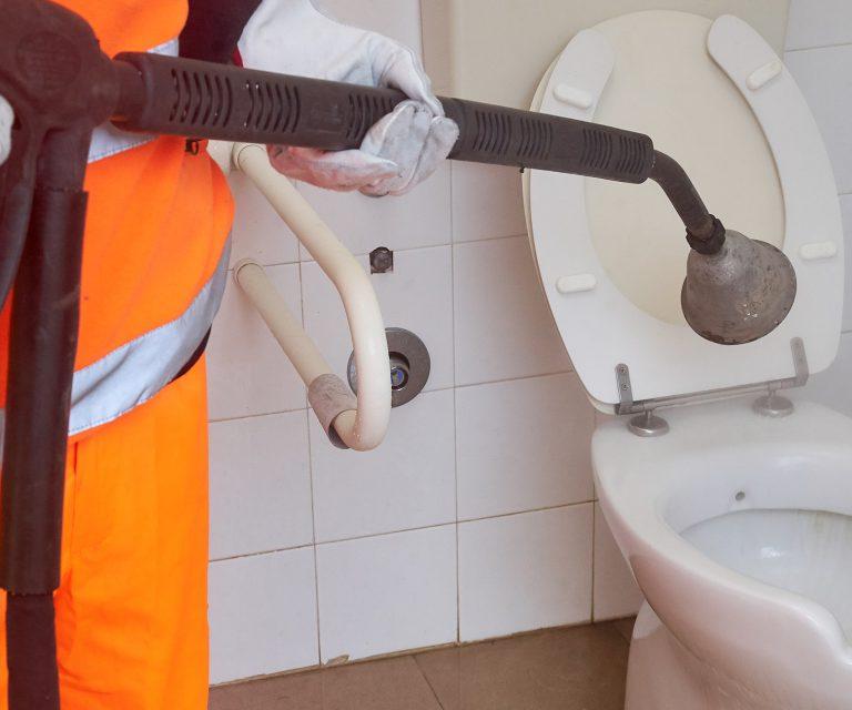 Pulizia orinatoi e bagni pubblici