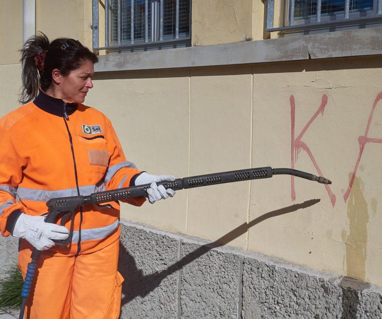 Pulizia scritte murarie e deaffissione di manifesti abusivi